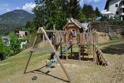 Kinderspielplatz-Schaukel-Ansicht-Haus