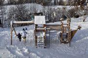 Winter-Schaukeln-Spielplatz-Schnee